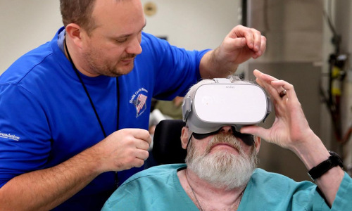 recreational therapist assists veteran with VR headset